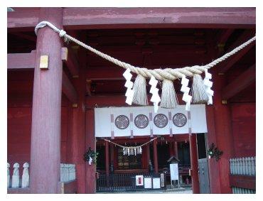 六所神社 門から本殿